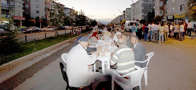 AZİZİYE'DEKİ SOKAK İFTARINDA İSRAİL'E LANET YAĞDI