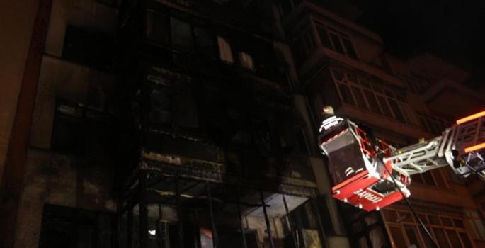 5 katlı bina küle döndü: Yanan evlerini gözyaşları içerisinde izlediler