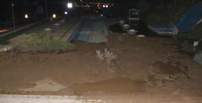 Arıza sonrası biriken su parkta toprak kaymasına neden oldu