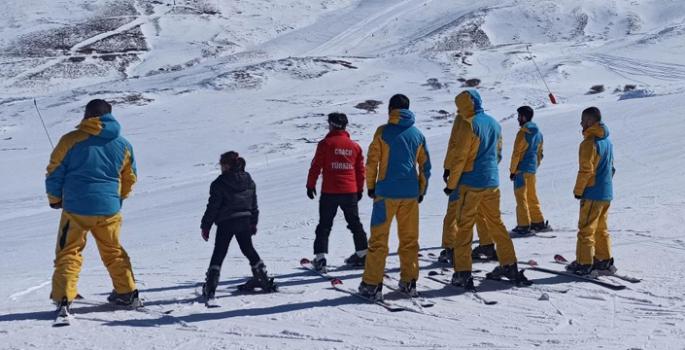 Genç yükümlülere temel kayak eğitimi