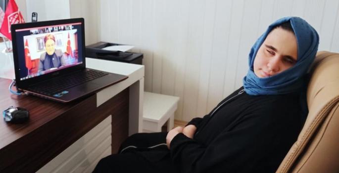 Görme engelli Berna Kuran'ı Kerim'i ezbere okuyor