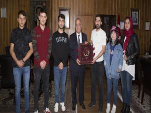Afganlı öğrencilerden Rektör Çomaklı'ya ziyaret