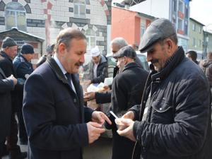 Başkan Yaptırmış, soğuk havada çalışan pazarcılara çorba dağıttı