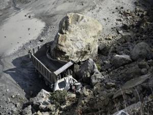 Gümüşhane'de dev kayalar kamyonu kağıt gibi ezdi