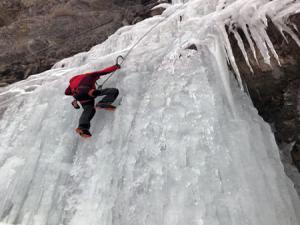 Instagram fenomenleri Erzurum'da donmuş şelaleye tırmandı