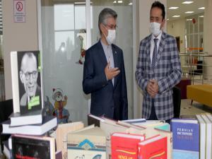 İran konsolosu Halk Kütüphanesi'ne bin kitap bağışladı