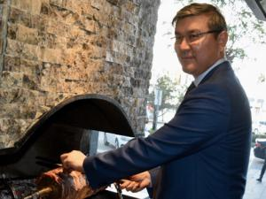 Kazakistan'ın Ankara Büyükelçisi Erzurum'da cağ kebap kesti