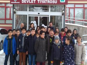 Kurs öğrencileri Tiyatroda