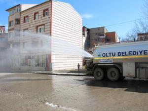 Oltu Belediyesi dezenfekte su ile caddeleri yıkıyor