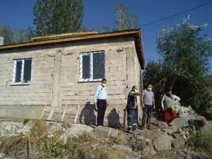 Şenkaya Kaymakamlığı ihtiyaç sahibi vatandaşların evlerini yeniliyor