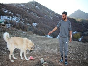 Sözünü tuttu Köpeklerine ziyafet çekti