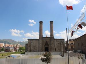Tarihi Çifte Minareli Medresede çevre düzenlenmesi