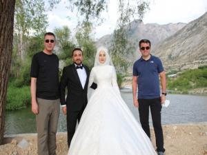 Vali Memiş, yeni evlenen çiftle hatıra fotoğrafı çekildi
