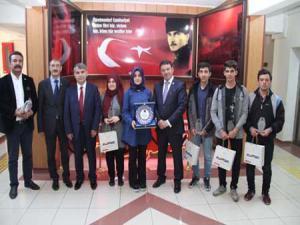 Yıldız'a 13. Uluslararası Liseler arası Tiyatro Festivalinde ödül alan öğrencilerden ziyaret