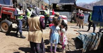 23 Nisan'da köy köy dolaşıp çocukları sevindirdiler