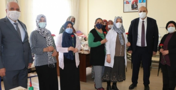 Aziziye'de karanfilli 8 Mart sürprizi
