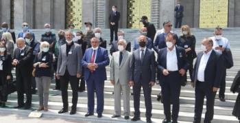 Babüroğlu'nun cenazesini dadaşlar taşıdı