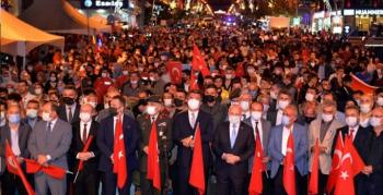 Binlerce kişi, Türk bayraklarıyla demokrasi nöbeti tuttu