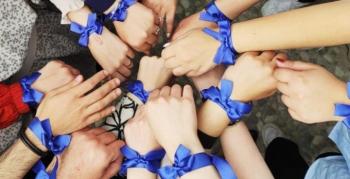 'Çocuklar için mavi kurdele tak'