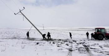 Fırtına enerji nakil hatlarına zarar verdi