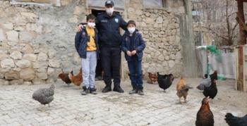 Polislerden soğuk kentin çocuklarına iç ısıtan yardım