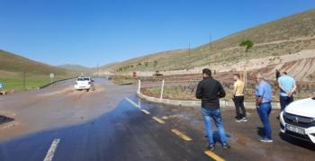 Su borusu patladı, yollar göle döndü