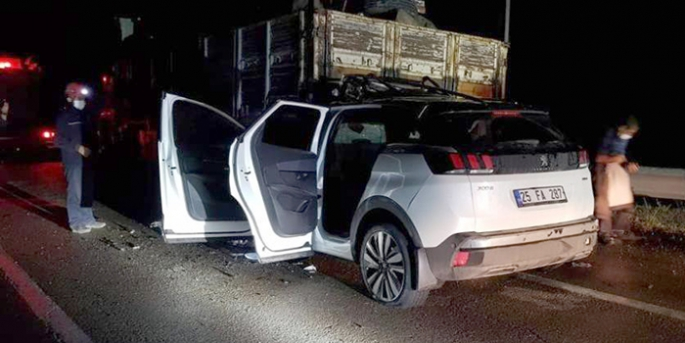 Otomobil kamyona çarptı: iki genç ağır yaralı