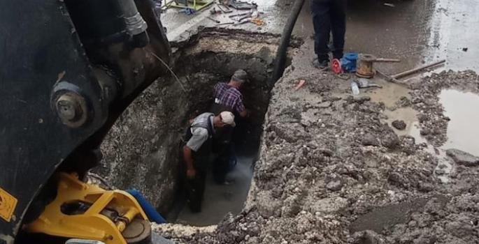 Patlayan su borusu işçilere zor anlar yaşattı
