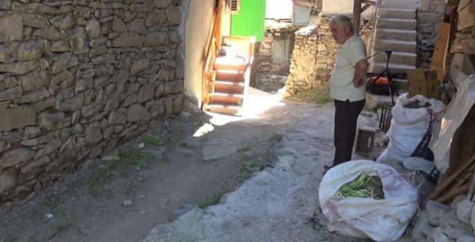 Patlayan su borusu nedeniyle evlerini su bastı