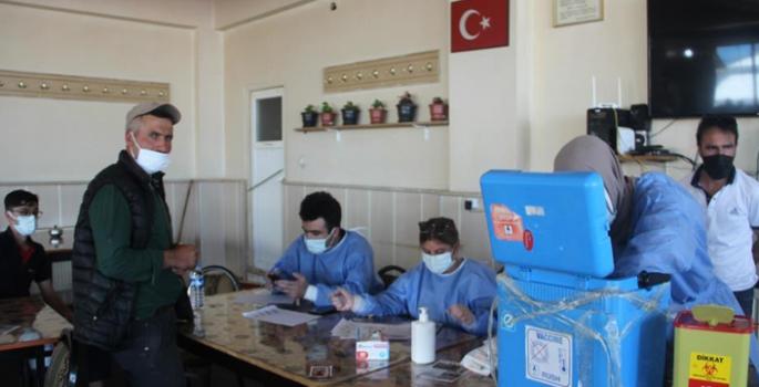Sağlık çalışanları köy köy geziyor