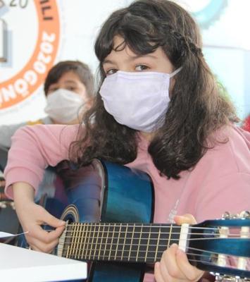 Pandemi stresini enstrüman çalarak atıyorlar